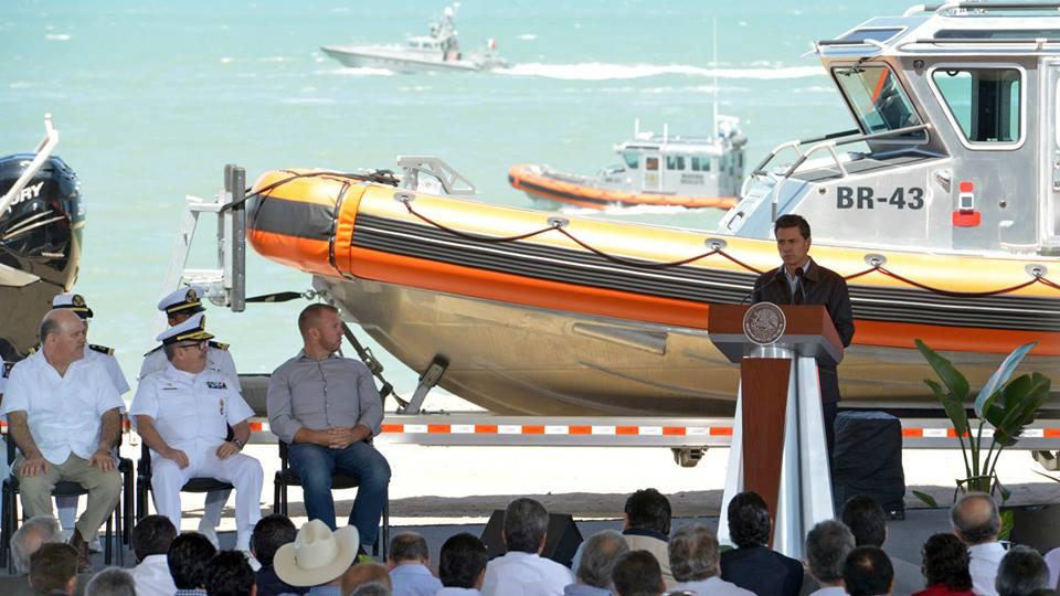 Enrique Peña Nieto, y de fondo, la unidad de rescate de la Marina BR-43