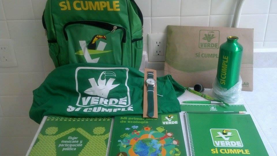"""El """"kit"""" para niños del Partido Verde, el cual se repartió envarias escuelas."""