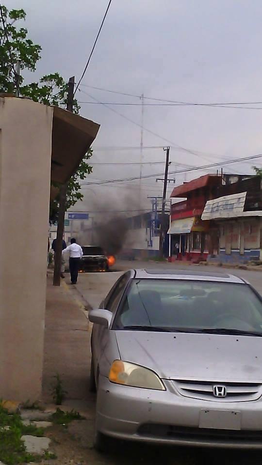 Auto quemándose en Reynosa Tamaulipas. Foto: Facebook