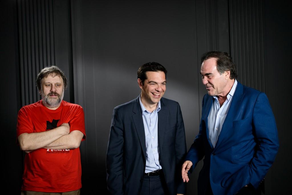 Alexis Tsipras, primer ministro de Grecia, platica con el director estadounidense Oliver Stone y con el sociólogo y filósogo esloveno Slavoj Zizek. FOTO: matthew_tsimitak / Flickr