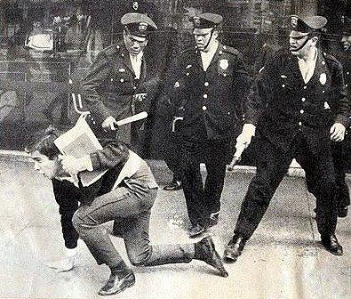 Policías golpean a estudiante en 1968