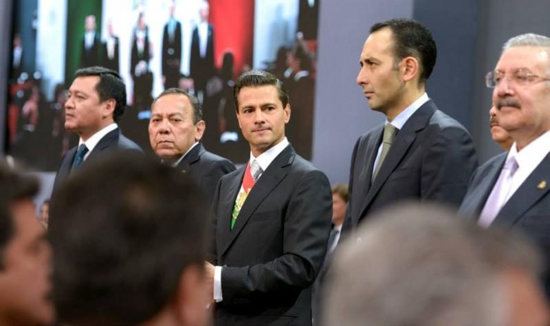 """Peña Nieto flanqueado por los diputados Jesús Zambrano del PRD y Roberto Gil del PAN, de la """"oposición"""". Foto: Facebook de Peña Nieto"""