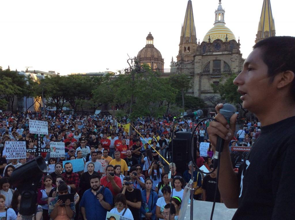 Mitin en Plaza Liberación por Ayotzinapa. Foto: Comunidad CUCSH