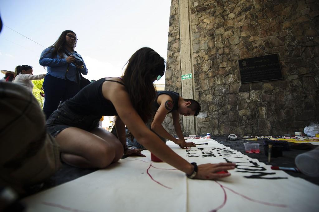 Pinta de mantas para la marcha por Ayotzinapa en Guadalajara. Foto: Jorge Alberto Mendoza/Flickr