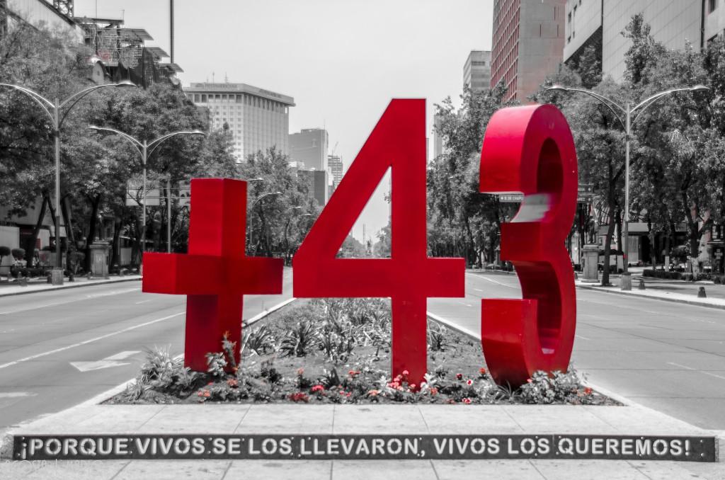 Monumento en la Ciudad de México a los 43 normalistas de Ayotzinapa desaparecidos. Foto: Acosta Mario/Flickr