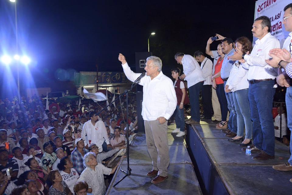 Andrés Manuel López Obrador durante la campaña de Romero Oropeza en Centro.