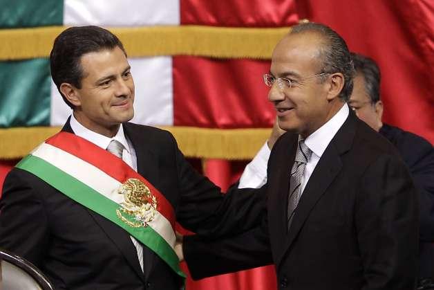 Felipe Calderón entregándole la banda presidencial a Peña Nieto.