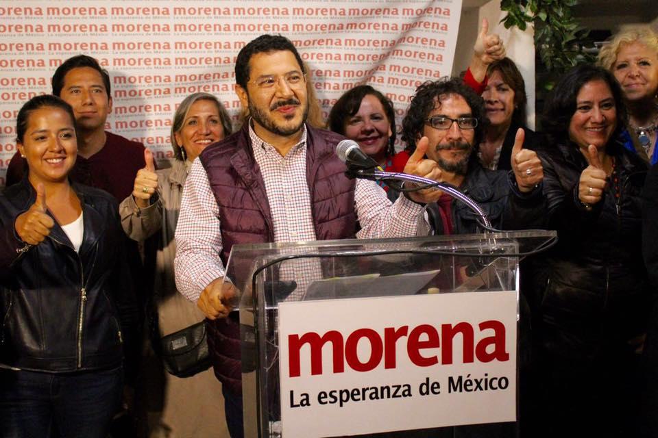 Martí Batres, presidente de Morena en la CDMX, acompañado por candidatos a la Asamblea Constituyente.