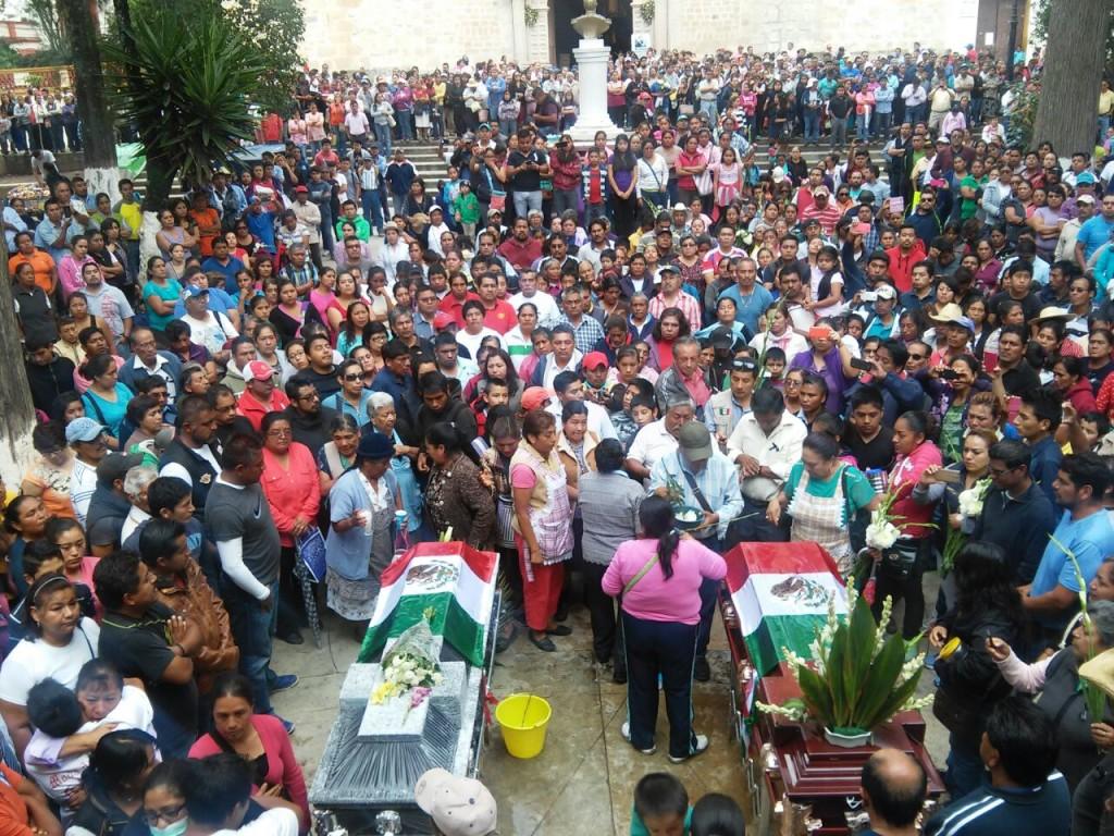 El último adiós a dos de las personas asesinadas por la Policía Federal en Nochixtlán, Oaxaca. Foto: Noticieros El Reloj