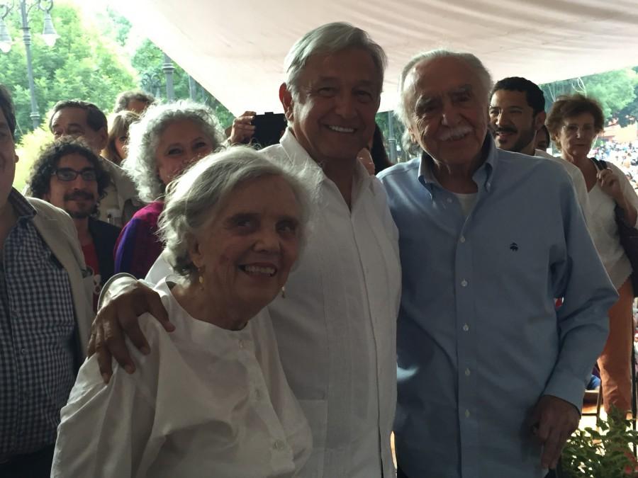 AMLO con Elena Poniatowska y Carlos Payan en Coyoacán.