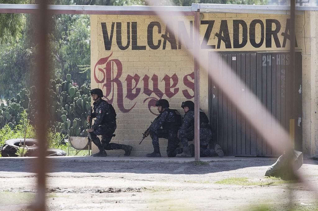 Policías federales disparan a la multitud. Foto: Arturo Martínez, EFE