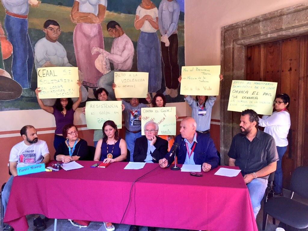Gilberto López y Rivas junto al obispo Raúl Vera en la rueda de prensa sobre represión en Oaxaca. Foto: César Octavio Huerta