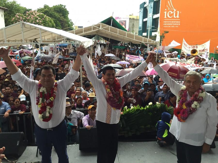 El candidato de Morena en Oaxaca, Salomón Jara acompañado por AMLO en el cierre de campaña.