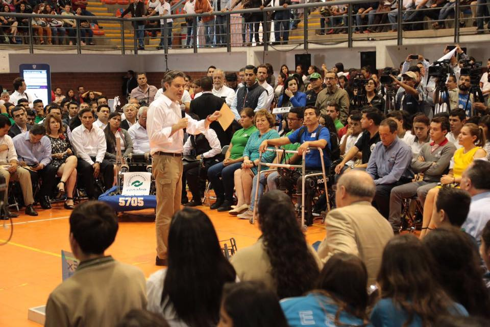 Aurelio Nuño en el Estadio Panamericano de Voleibol. Foto: Facebook
