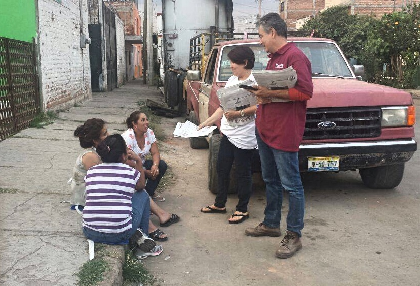 Humberto Ortiz repartiendo el periódico Regeneración. Foto: Especial