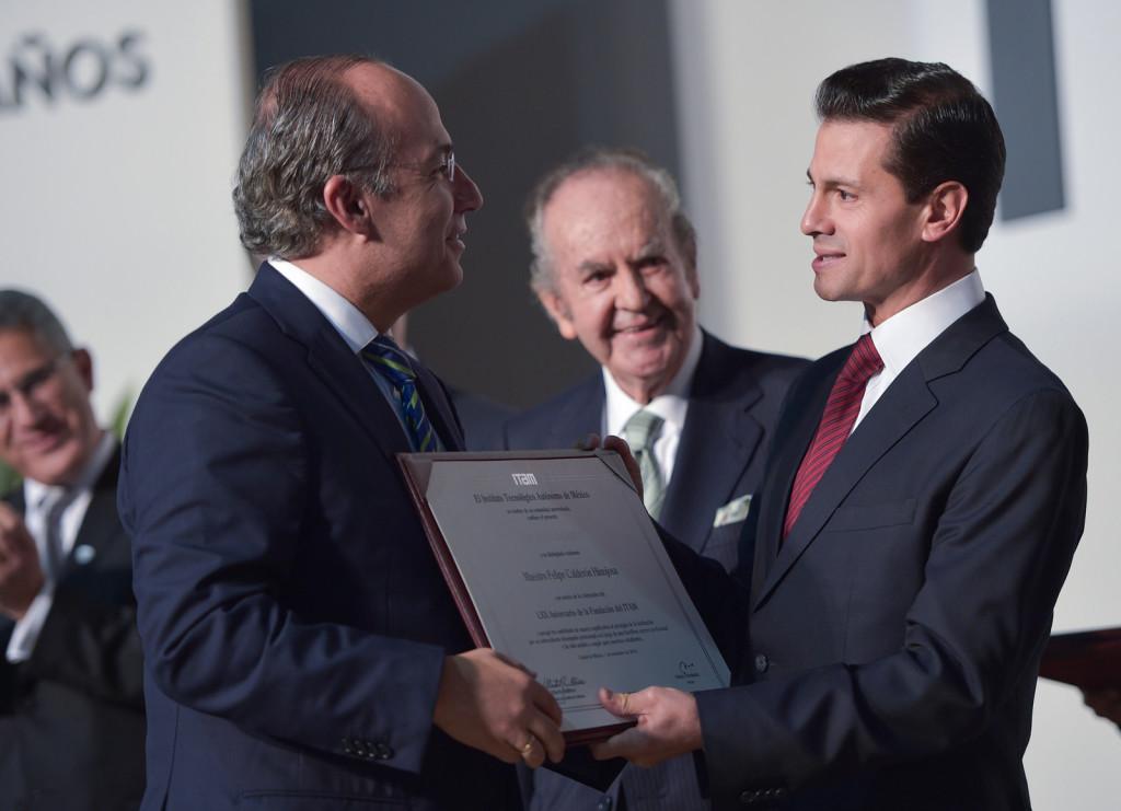 Peña Nieto le entrega premio a Felipe Calderón. Foto: Especial