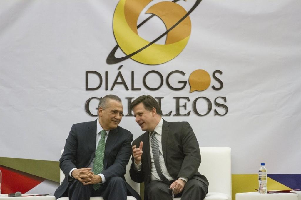"""Manlio Fabio Beltrones, ex líder nacional del PRI, y Fernando Belauzarán, durante el foro """"Diálogos Galileos""""."""