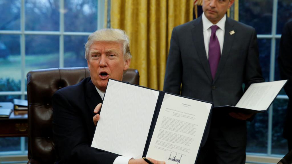 Trump presume la salida del Tratado de Asociación Transpacífico.