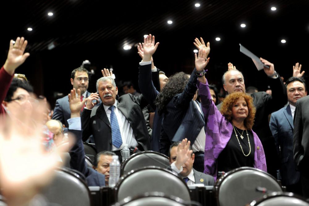 Diputados federales en la sesión en la que redujeron al 50% los salarios de los trabajadores enfermos. Foto: Especial
