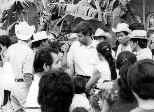 Andrés Manuel López Obrador, con pobladores indígenas de Tabasco, en los años noventa.